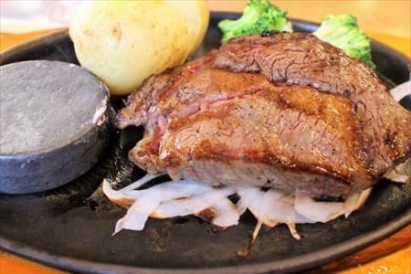 鉄板皿に盛られた肉料理